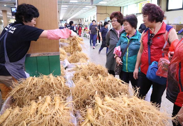 Các gian hàng bay bán nhân sâm tươi trong lễ hội trong mùa thu hoạch cho khách du lịch